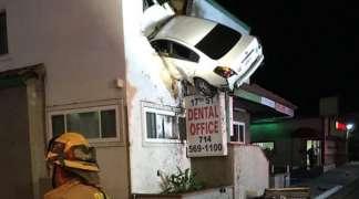 Autom se zabio u drugi sprat kuće (VIDEO)