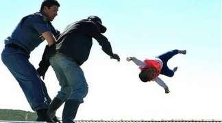 Bacio dijete sa krova kuće kako bi spriječio njeno rušenje