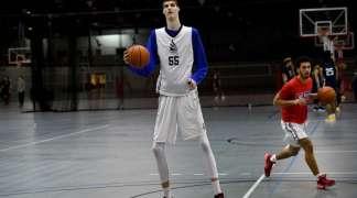 Robert Bobroczky - osamnaestogodišnji košarkaš visok 231 cm!