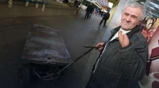 Ostao bez šake, invalidninu daje za kiriju, da bi se prehranio prevozi robu na pijaci
