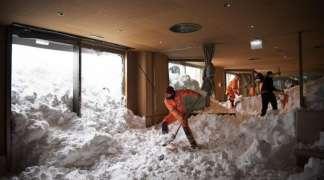 Snijeg paralisao dijelove Evrope, lavina se sručila na hotel