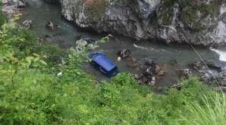 Kombi sletio u rijeku, jedna osoba poginula, više povrijeđenih