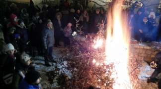 Paljenje badnjaka u portama pravoslavnih hramova širom Istočnog Sarajeva