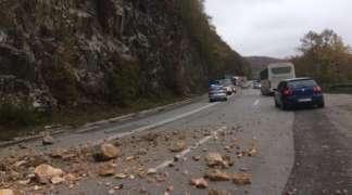 Usporen saobraćaj kod Sijeračkih stijena zbog većeg odrona