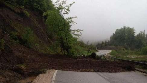 Usporen i otežan saobraćaj zbog klizišta i poplavljenih puteva