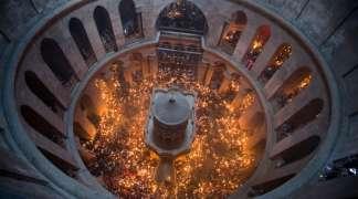 Hiljade ljudi u Jerusalimu dočekalo Blagodatni oganj
