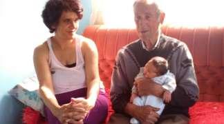 Dobio sina u devetoj deceniji sa duplo mlađom suprugom