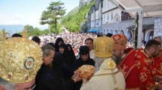 Hiljade vjernika poklonilo se moštima Svetog Vasilija Ostroškog
