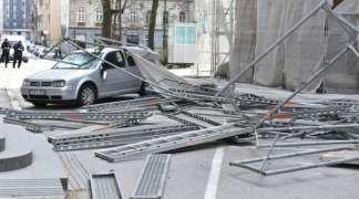 Vjetar srušio skelu sa zgrade Predsjedništva BiH na automobile