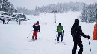 Skijaši uživaju u prvom danu ski sezone