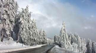 Saobraćaj redovan i bez zastoja, ponegdje ugažen snijeg na kolovozu