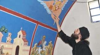 Monah i slikari ukrašavaju kapelu u Vardištu