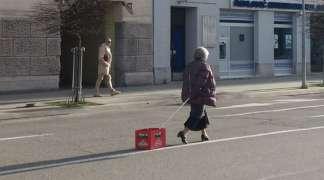 Banjalučanka u šetnji sa gajbom piva po sredini ulice