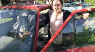 Zorka Šobota u 90. godini vozi automobil